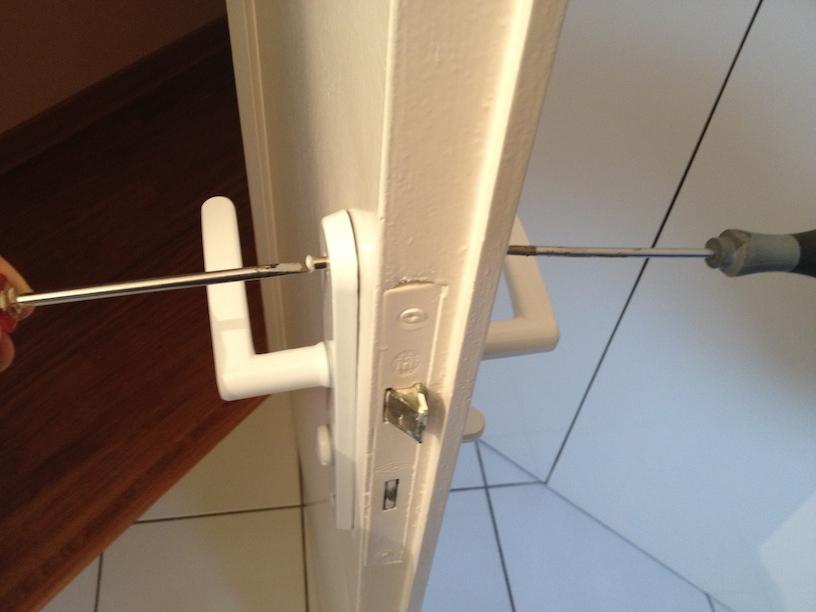 Changer poignee porte entree trendy poigne de porte pvc a - Changer une poignee de porte d entree ...