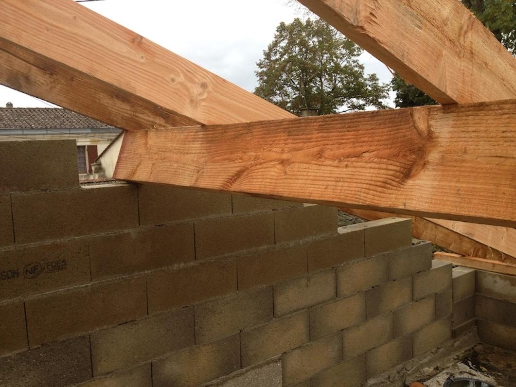 Poser des chevrons pour r alisation d 39 une demi toiture - Comment nettoyer les tuiles d un toit ...