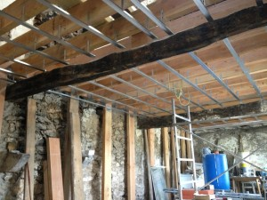 R aliser un plafond en plaque de pl tre sur rail for Realiser faux plafond ba13