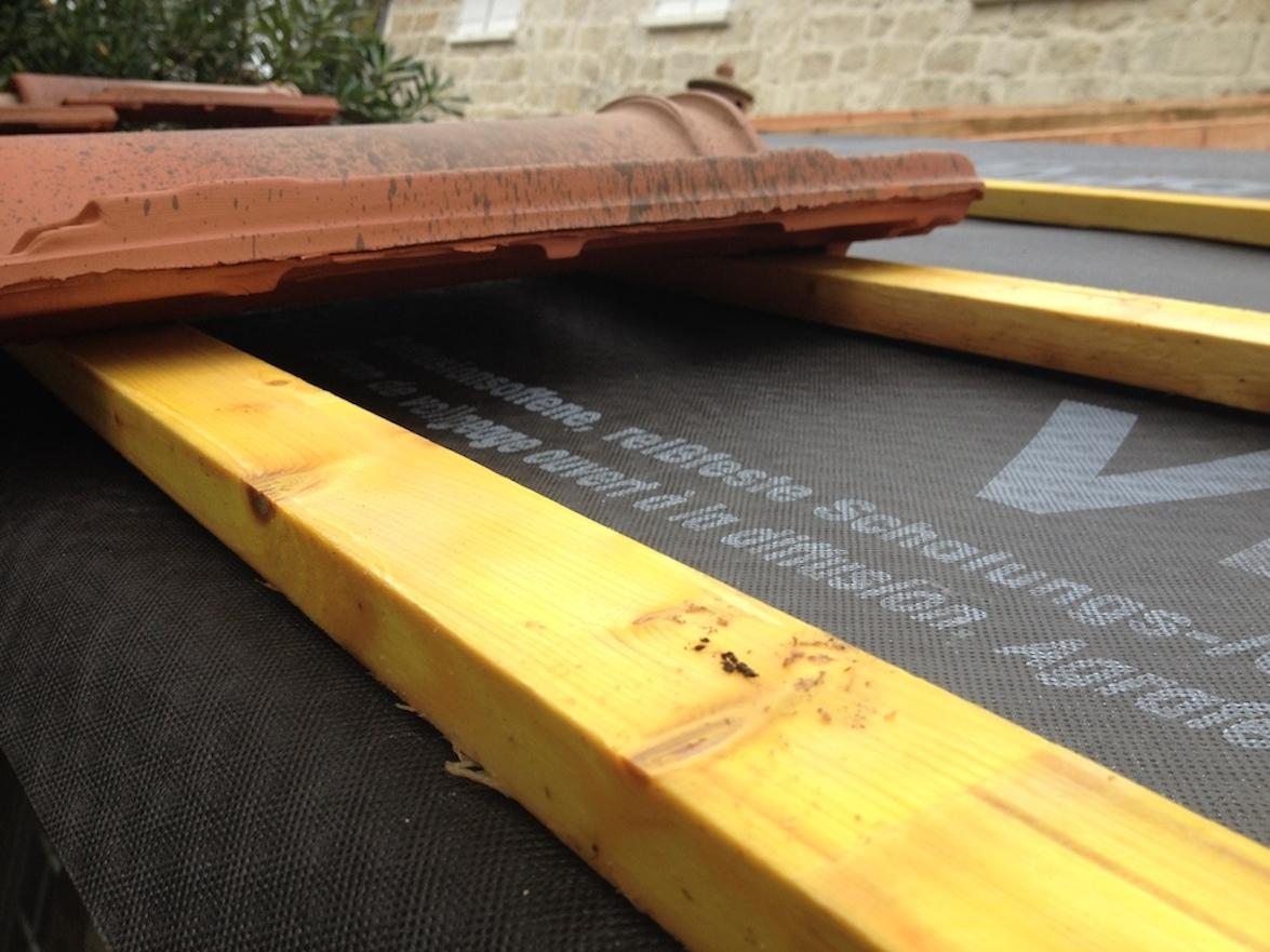 poser des tuiles lors d 39 installation d 39 une toiture. Black Bedroom Furniture Sets. Home Design Ideas