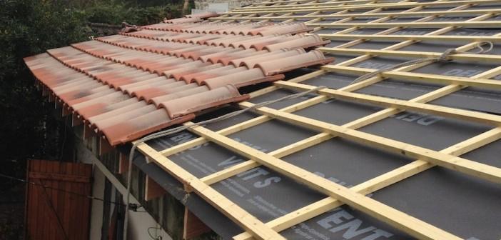 Pose de tuiles sur un toit