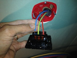 installer-poser-prise-de-courant-electrique-11