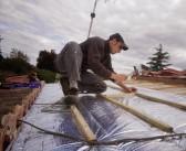 Installer isolant mince réflecteur de toit